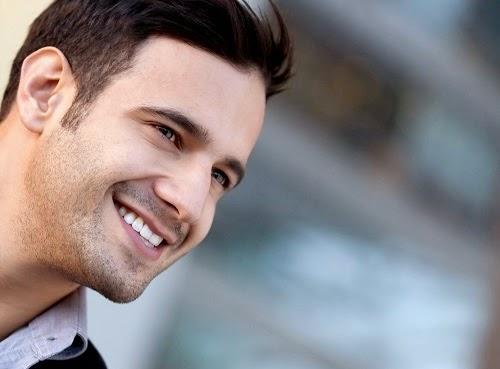 Чаровен Усмихващ се мъж