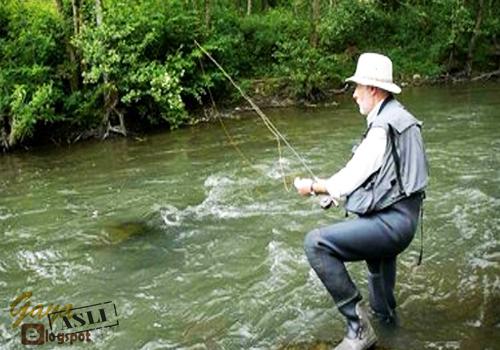 Memancing di Sungai