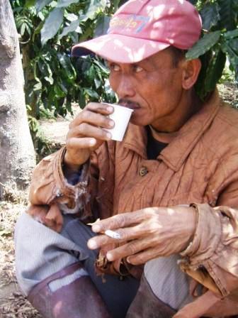 gambar orang minum kopi, minum kopi, gambar kopi, foto minum kopi, manfa at kopi