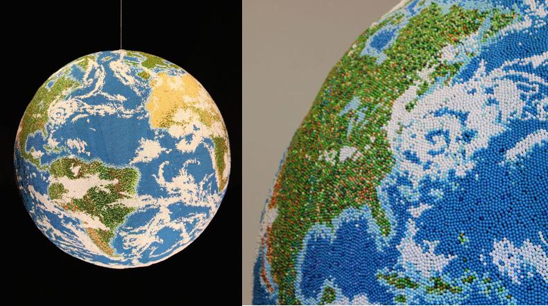 Gigante globo terráqueo hecho a mano con fósforo pintadas individualmente