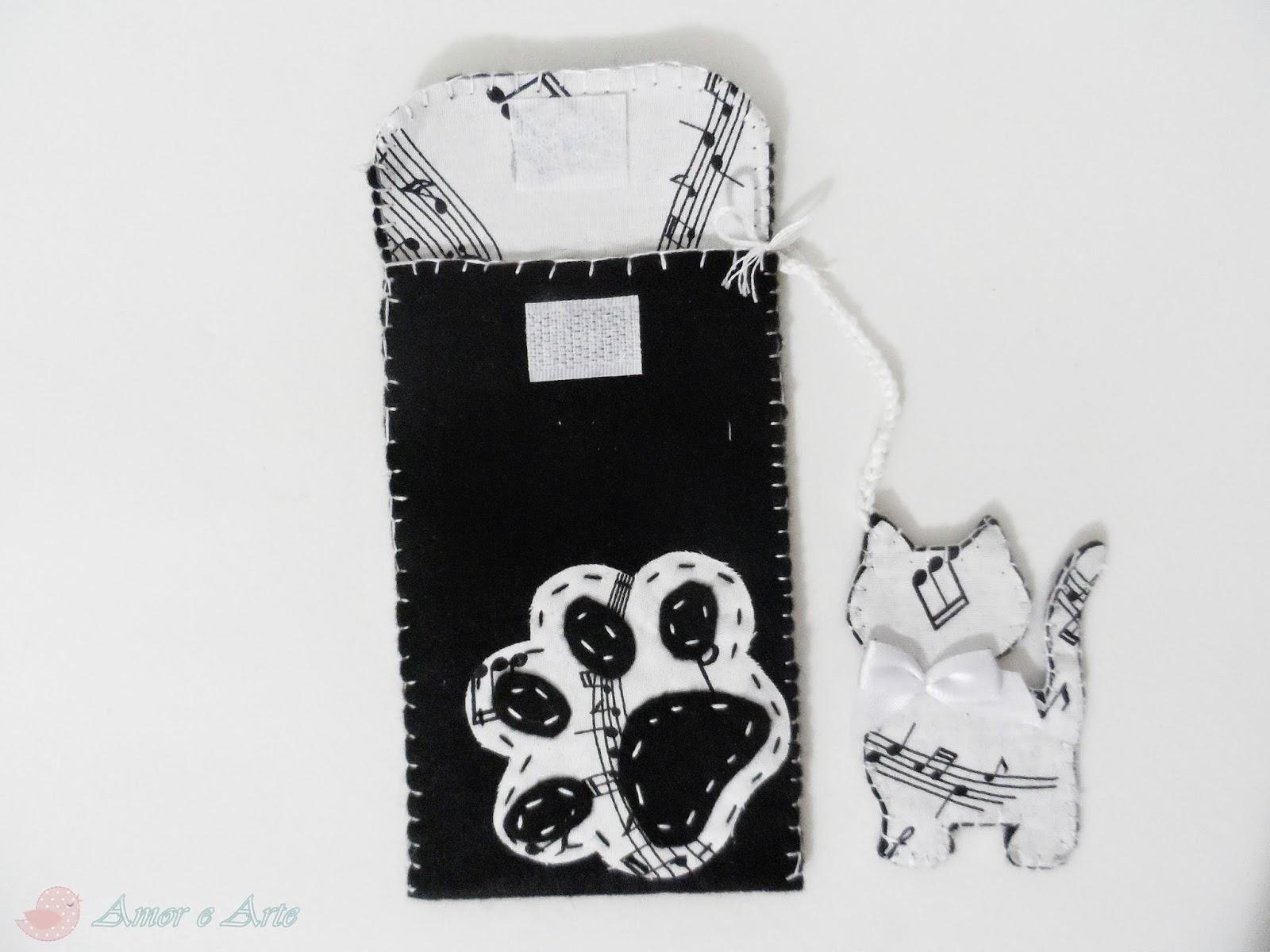 Capa para celular preta e branca em feltro, gatinho