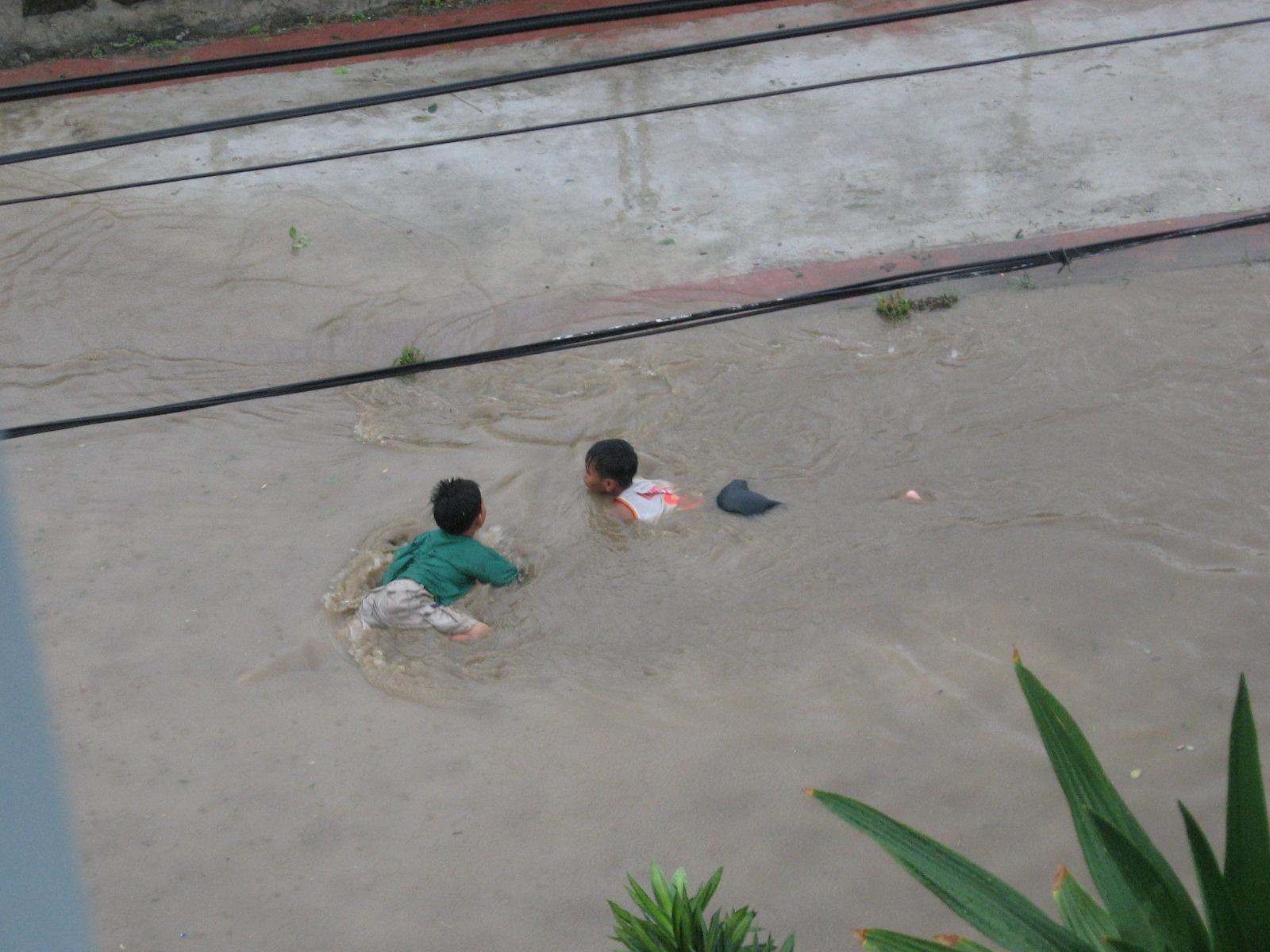 senaryo ng mga pagbaha tulad nang katuwaan ng mga batang naglalaro