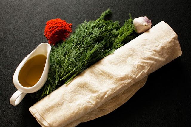 понадобится лаваш, укроп, оливковое масло, паприка