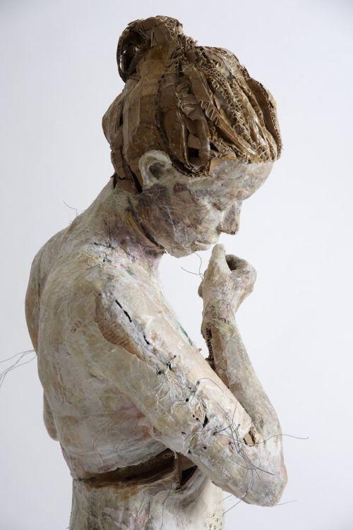 vally nomidou mulheres meninas esculturas papel e papelão