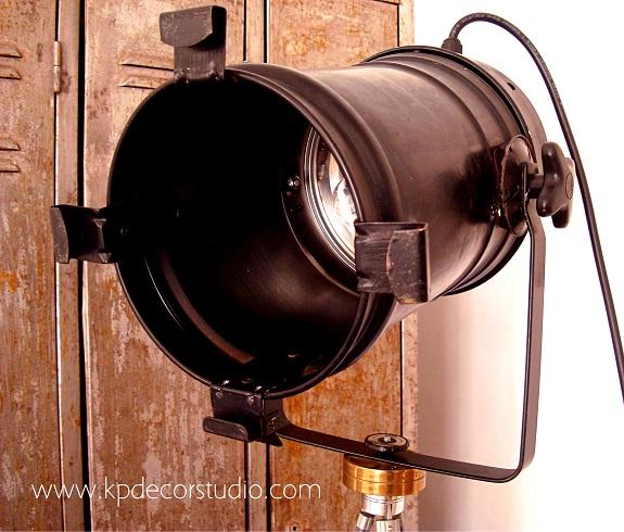 Focos y lámparas vintage sobre trípode estilo industrial en valencia