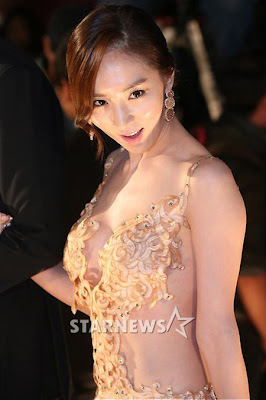 Foto Hot Bae So Eun Artis Korea dengan Gaun Terbuka