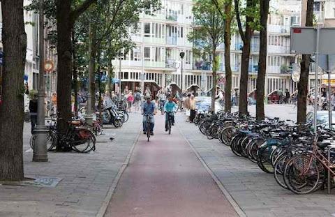 Perempuan Mengayuh Sepeda