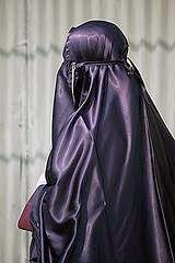 Asal Usul Kosmetik dan Jilbab Karung Islam