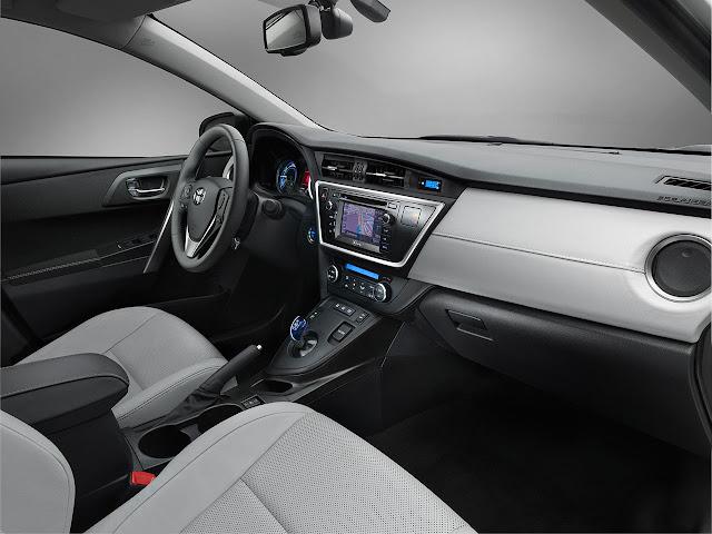 Toyota Auris Hibrid interior