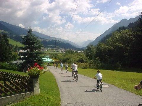 Tratto della ciclabile San Candido - Lienz tra le verdi vallate