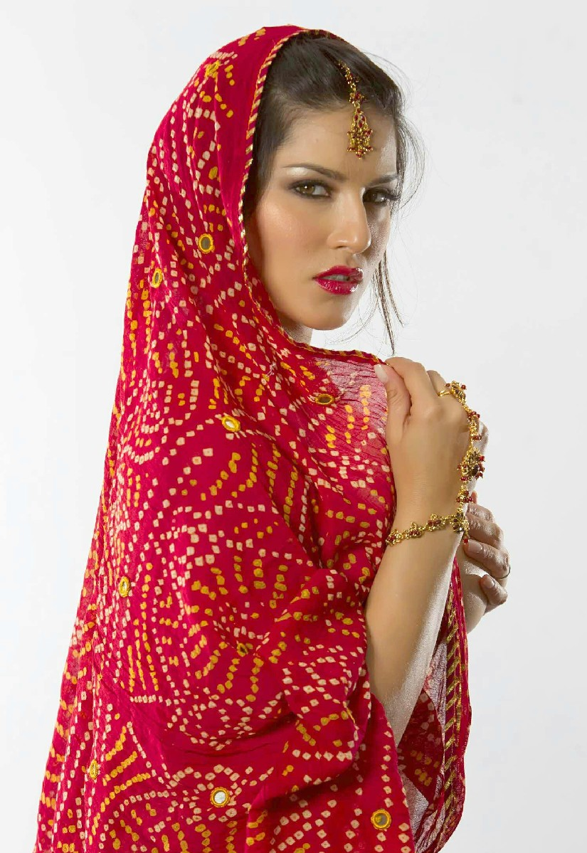 ... DESIGNS WORLD: INDIAN ACTRESS SUNNY LEONE IN INDIAN SAREE AND DRESS