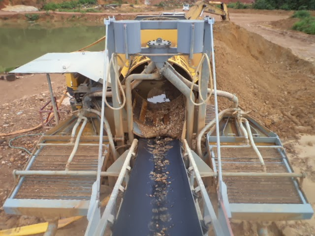 Hydraulic riffels recovering gold in a tropical environment