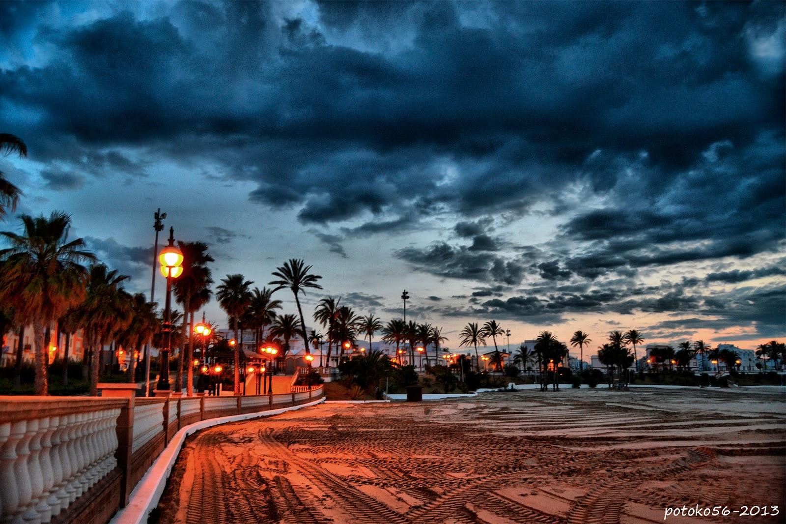 La arena de la playa y el Pueblo de Rota