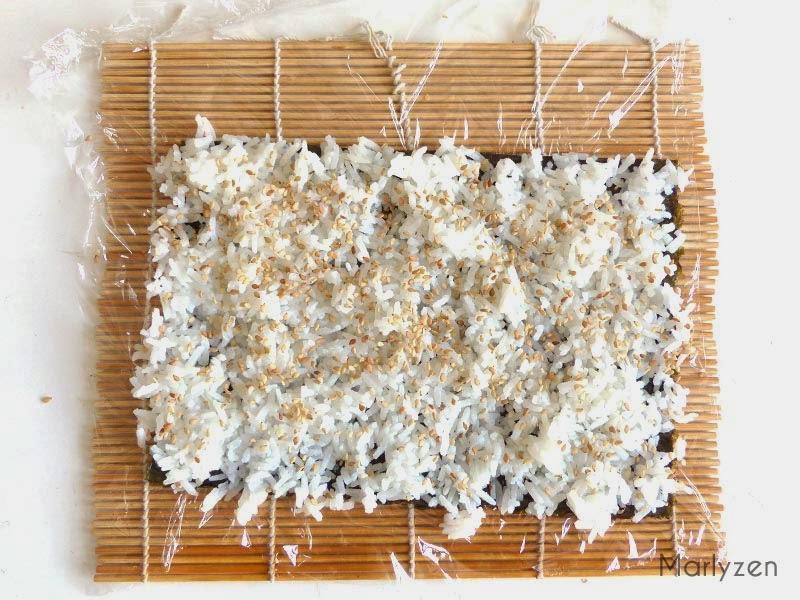 Etalez le riz et les graines de sésame.