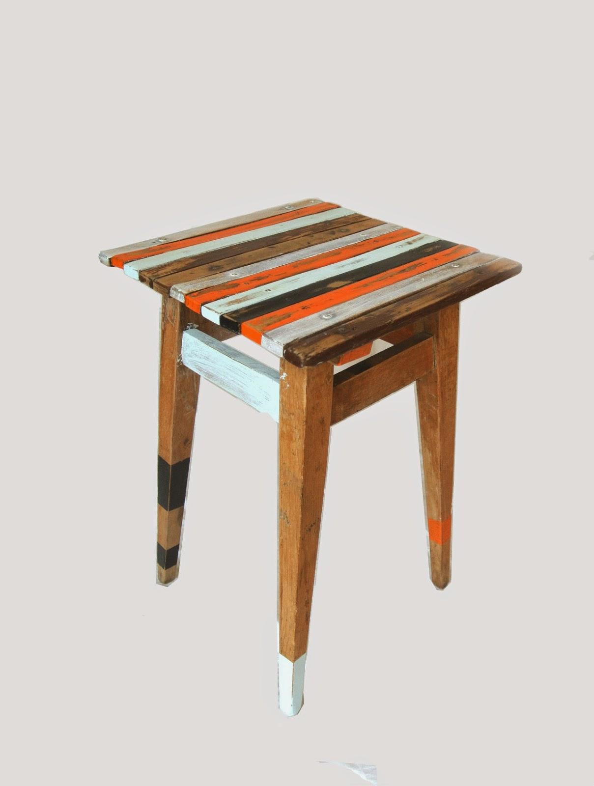 stołek,taboret,Vintage,stare deski,malowanie drewna,stołek vintage,jak zrobić stołek vintage,co to jest vintage,skarpetki na meblach,mebel,krzesło,krzesełko