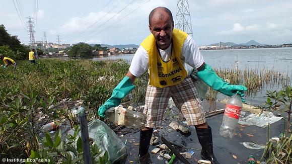 Garrafas PET da Coca Cola... Poluindo o mundo com plástico!
