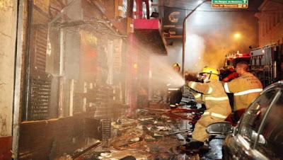 bomberos apagando incendio en discoteca de brasil