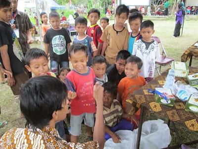 Berkumpul dengan anak-anak kecil