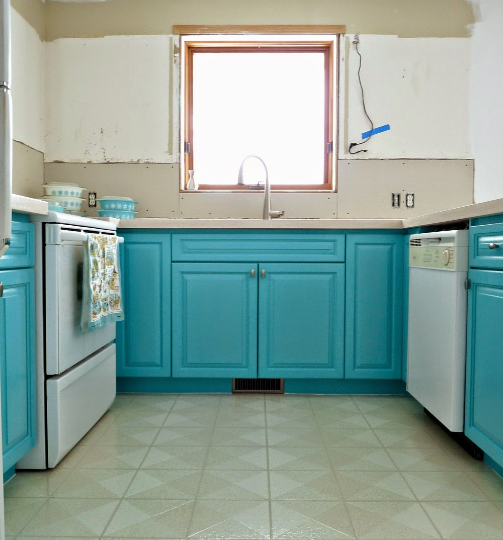 Kitchen Progress: Turquoise Cabinets? Check! | Dans le Lakehouse