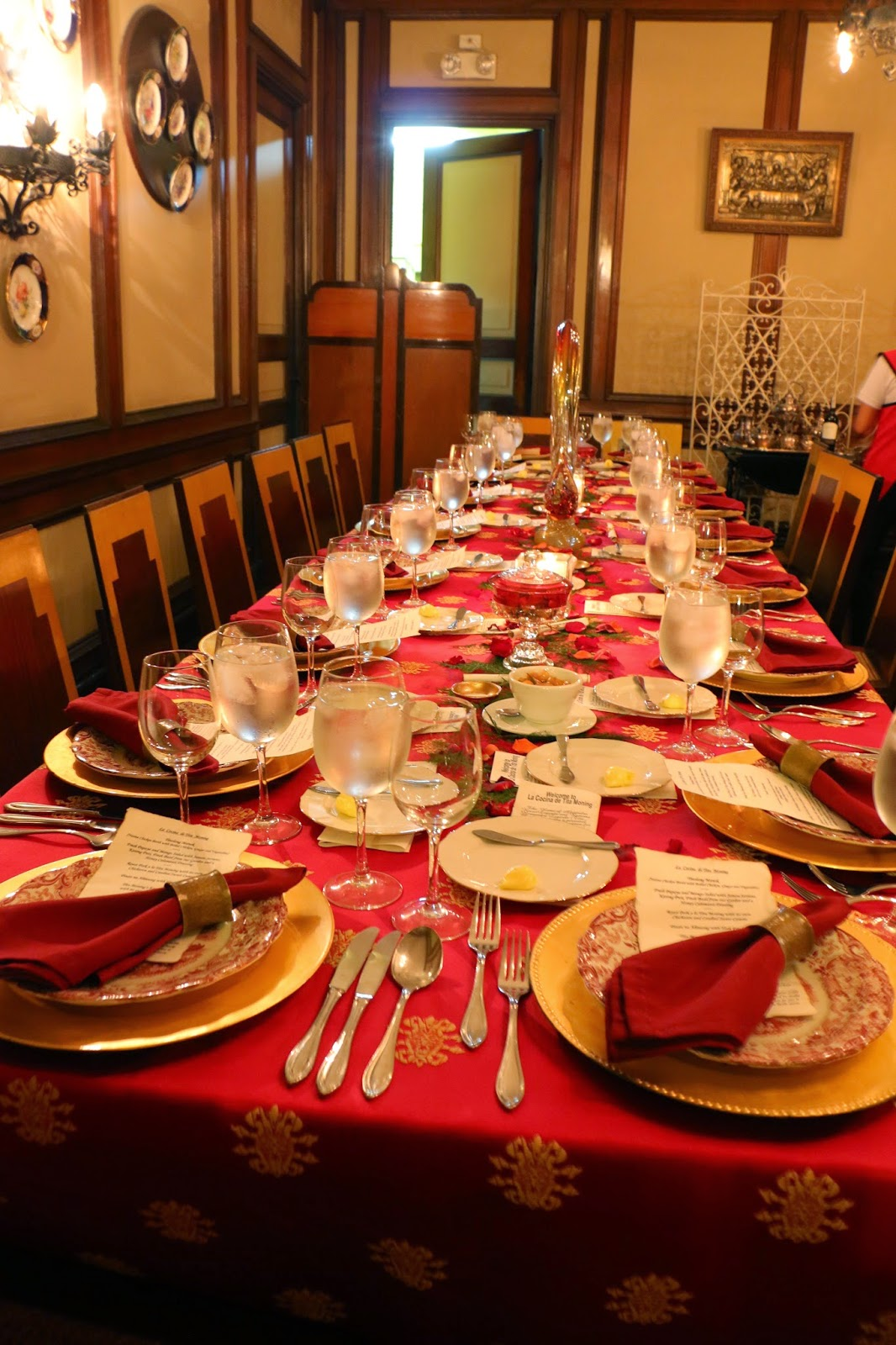 Filipino table setting - Coming To The Food The Table Setting Is Regal And Elegant Being An Exclusive Place It S Popular For Private Business Meetings And Family Gatherings