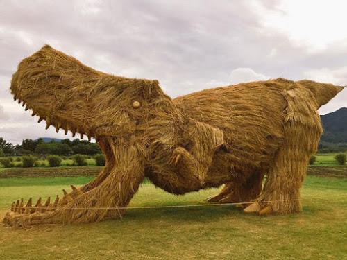 Esculturas de animais feitas com palha