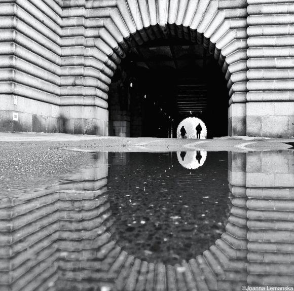 Joanna Lemanska fotografia Paris reflexos através poças de água Margens do Sena
