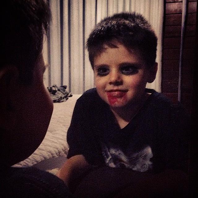 Miguel se fantasiou de zumbi para o Halloween na escola