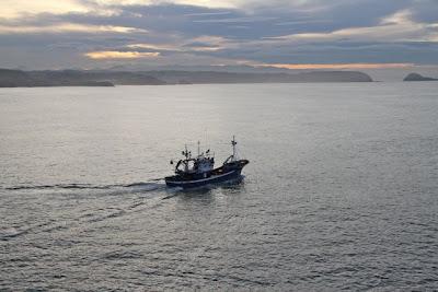 Pesquero partiendo a la mar en Avilés. Blog Esteban Capdevila