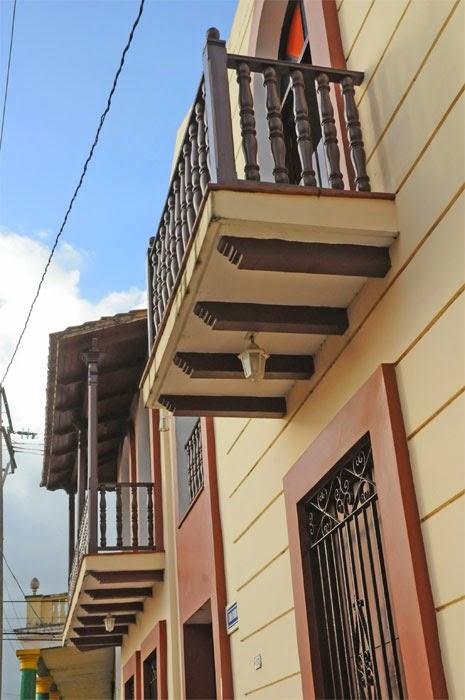 En Baracoa, Guantánamo, balcones bolados, característicos de construcciones coloniales.
