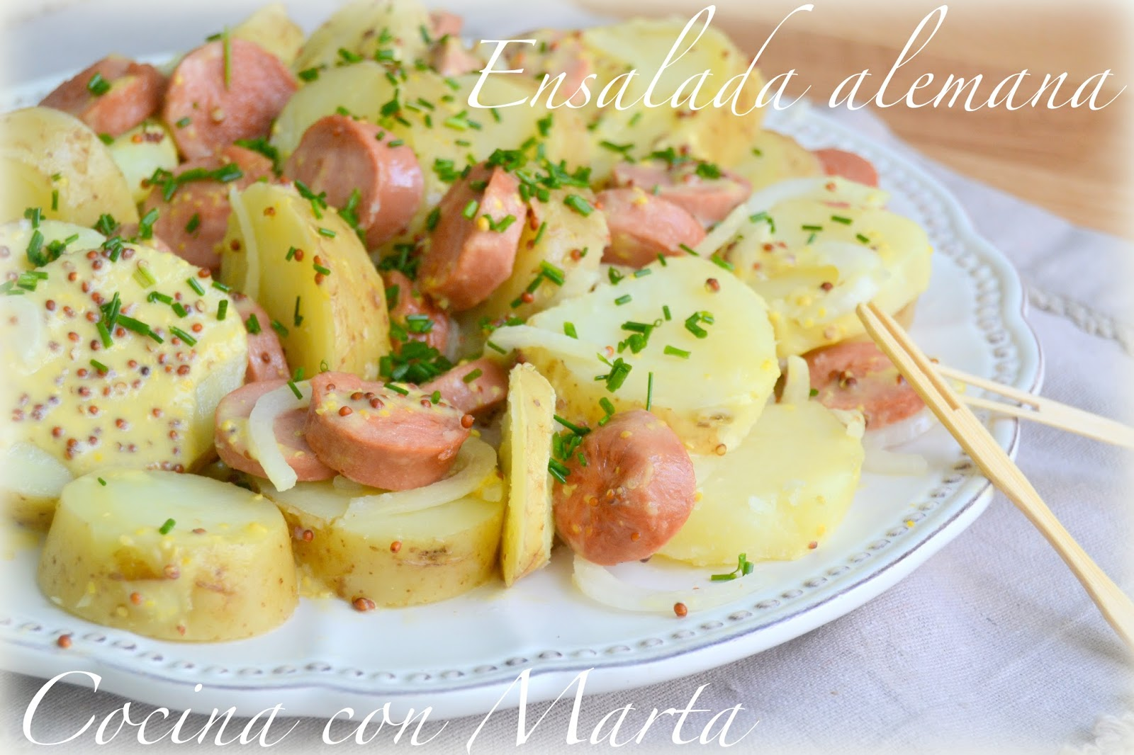 Receta casera de ensalada alemana, con patatas, salchichas y mostaza. Fácil y rápida.