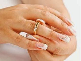 أسباب الشعور بالوحدة في الزواج  - خاتم الزواج زواج خطوبة امرأة يد يدين ايادى