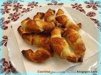 Cornetti di pasta sfoglia mozzarella e salame piccante