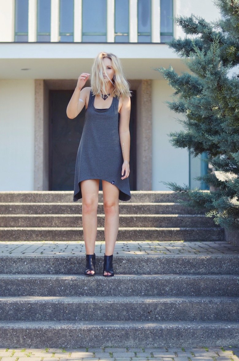 Outfit_ylva_cut_outs_grau_schwarz_sommer_viktoriasarina