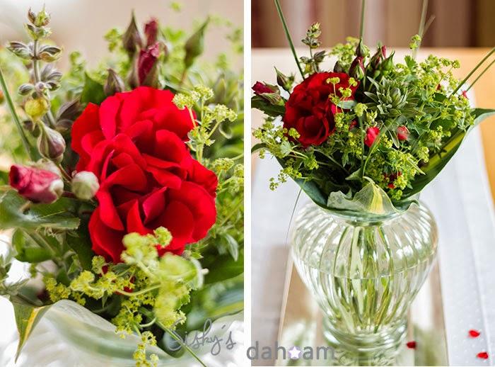 Ein selbstgebundener Blumenstrauß mit Rosen aus dem Garten