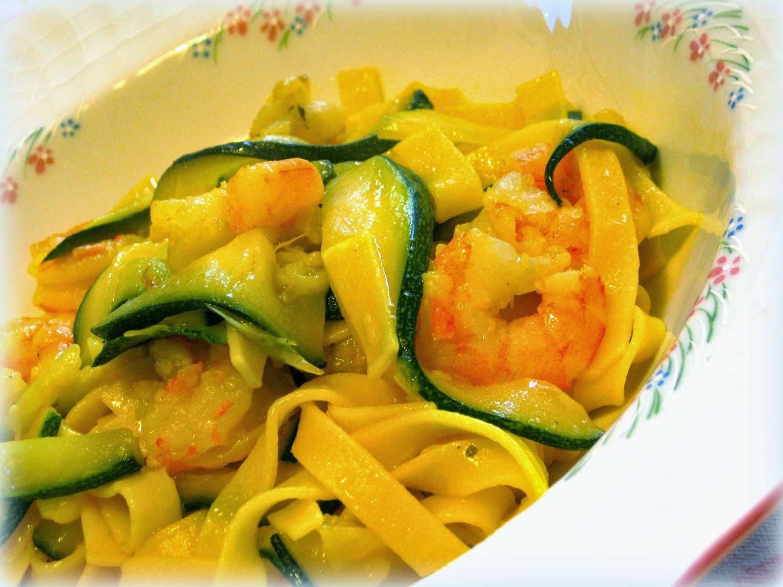 Le tagliatelle allo zafferano sono un a ricetta semplice e veloce da preparare che se arricchita con con zucchine e gamberetti diventa sontuosa.
