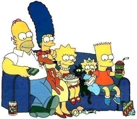 Los Simpson viendo televisión sentado en el sillón junto a un gato y perro