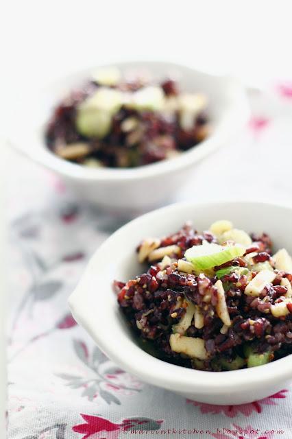 insalata  di riso venere con avocado, sedano, mele, mandorle e....