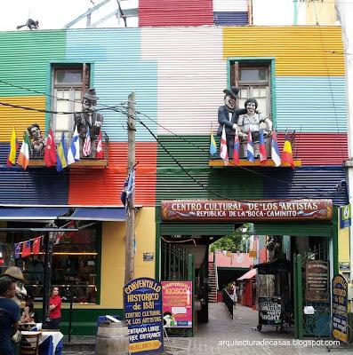 Conventillo intervenido con pintura de colores en La Boca, Buenos Aires