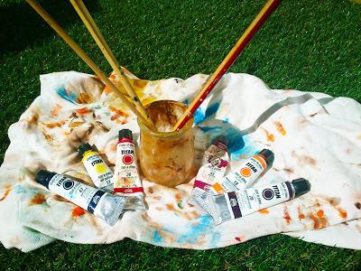 Botes de óleos, trapo y pinceles