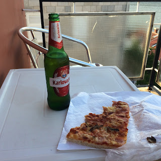 pizzapala ja olutpullo