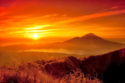 climb mount Batur, trekking on Mt Batur, paragliding, advetnure in Bali, holiday in paradise