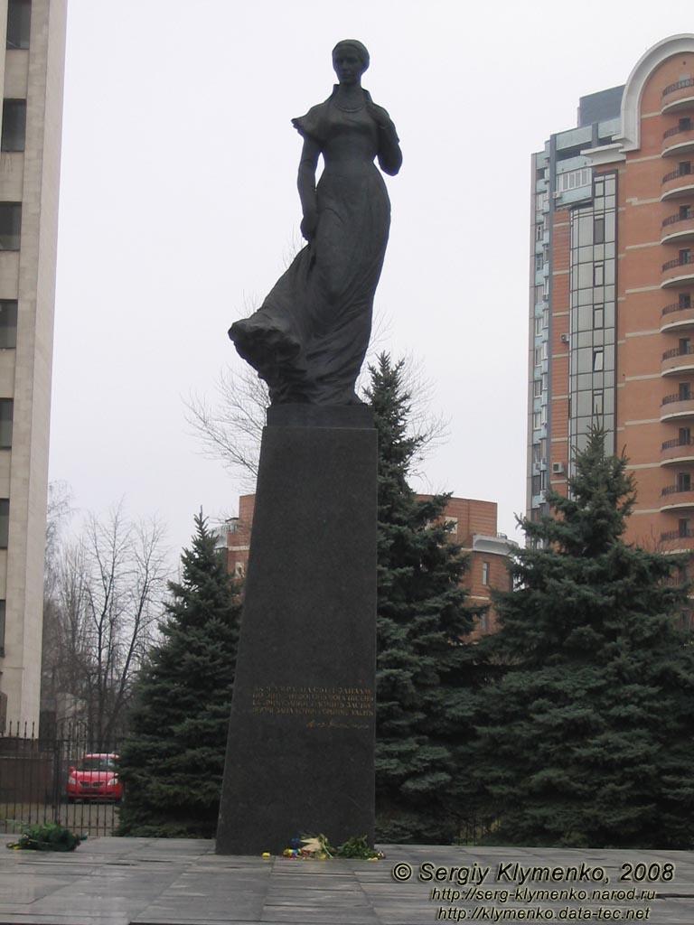 Пам ятник лесі українці на площі лесі