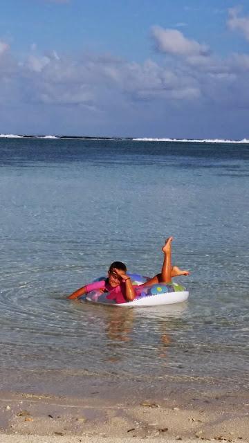 Macarena disfrutando del mar de Maldivas
