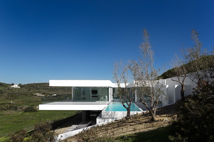 White Modern Villa Escarpa by Mario Martins