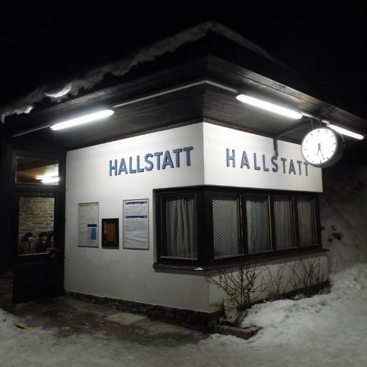 gece Hallstatt tren istasyonu