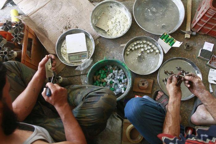 SERIUS : RATUSAN SENJATA API BUATAN SENDIRI DI SYRIA (12 Gambar)