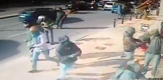 Βίντεο από την επίθεση κουκουλοφόρων με βαριοπούλες στα γραφεία της Χρυσής Αυγής