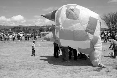 inflando globo de papel