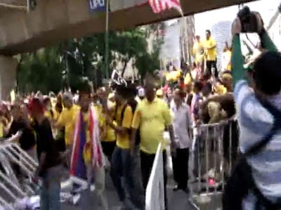 BERSIH 3 no barbed wires at barrier breach