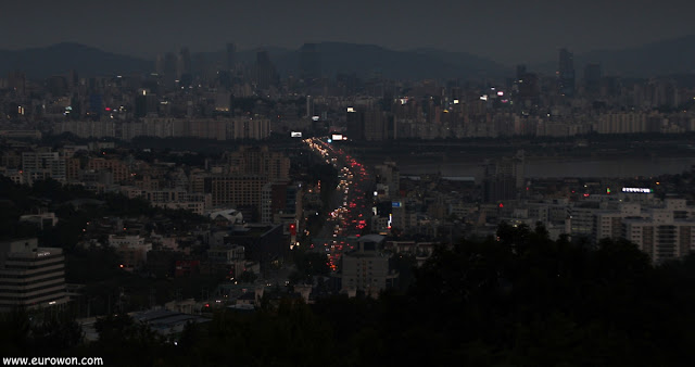 Seúl de noche visto desde la montaña Namsan